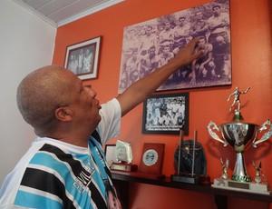Filho de Airton Pavilhão mostra foto do pai (Foto: Gabriel Cardoso / GLOBOESPORTE.COM)