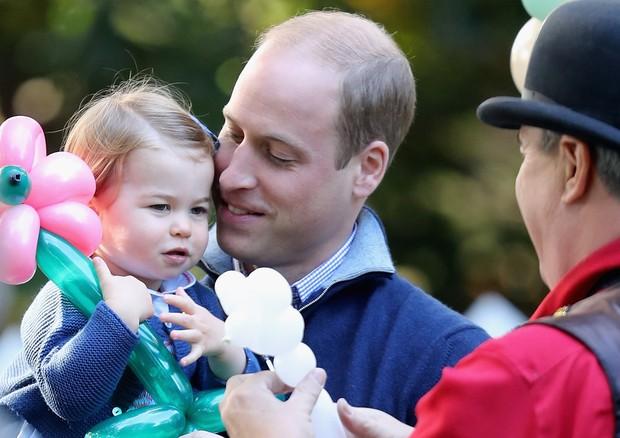 Príncipe William em momento de carinho com a filha, Princesa Charlotte (Foto: Getty Images)