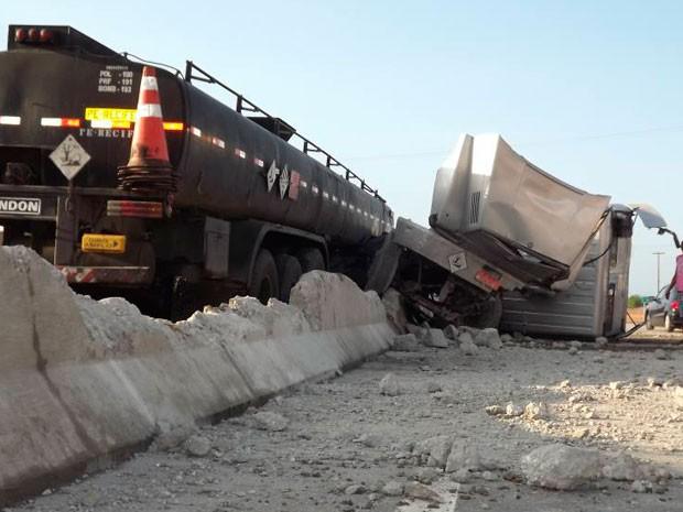 Mureta que divide as pistas da BR-304 ficou destruída após batida em Mossoró, RN (Foto: Marcelino Neto/O Câmera)