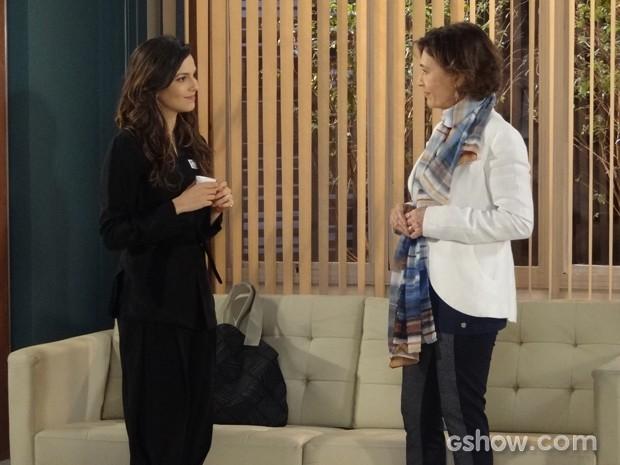 Chica dá uma dura em Marina e não esconde o descontentamento (Foto: Em Família/TV Globo)