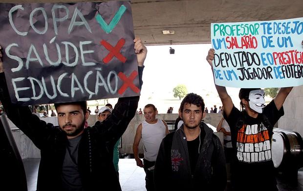protesto Brasília contra a Copa (Foto: André Coelho / Agência O Globo)