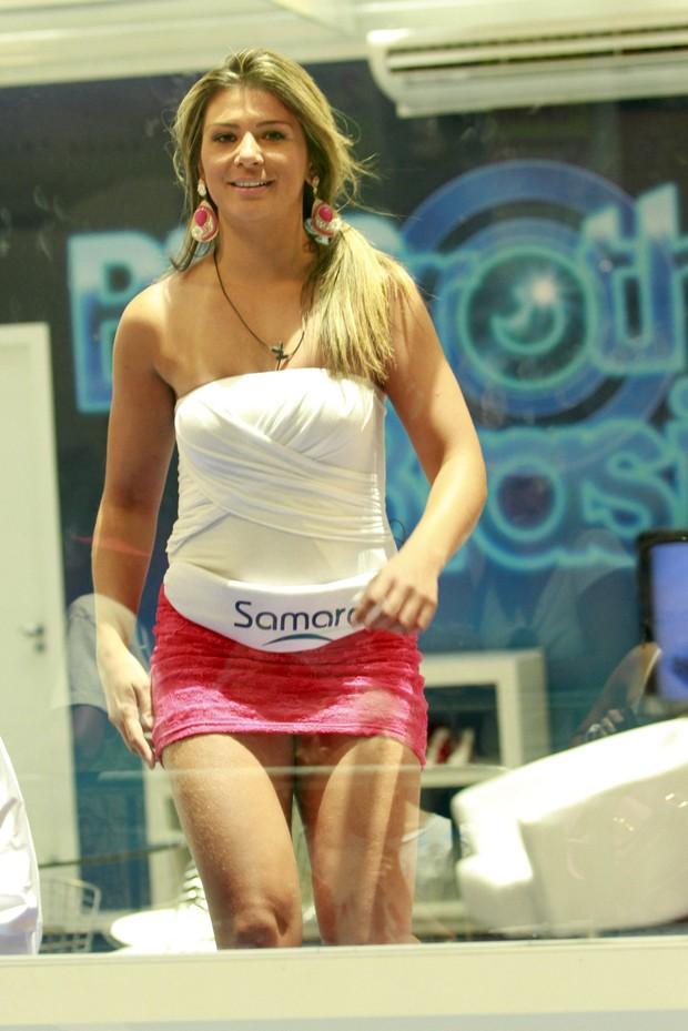 A candidata a sister na casa de vidro, Samara, acaba se empolgando e mostrando demais (Foto: Leo Franco / agnews)