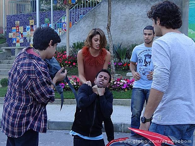 Amora não perdoa o paparazzi (Foto: Sangue Bom / TV Globo)