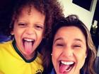 Fernanda Gentil posa com sósia mirim de David Luiz
