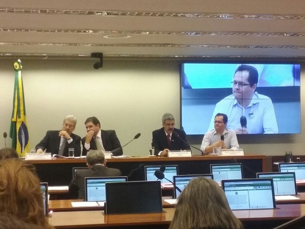 Ex-gerente-assistente do Banco do Brasil Rinaldo Gonçalves de Carvalho (dir.) presta depoimento à CPI (Foto: Fernanda Calgaro/G1)