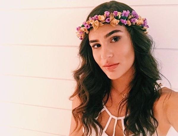 Lívian Aragão entra no ritmo de carnaval e usa coroa de flores