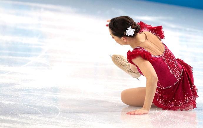 Nicole Della Monica cai durante apresentação na patinação (Foto: AP)