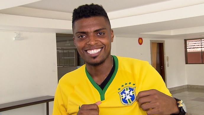 Jemerson exibe camisa da Seleção Brasileira (Foto: Reprodução / TV Globo MInas)