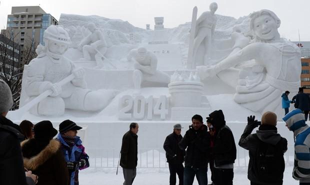 Obra chamada 'Paraíso dos Esportes de Inverno' é fotografada durante o 65ª Festival de Neve de Saporo, no Japão (Foto: Toshifumi Kitamura/AFP)