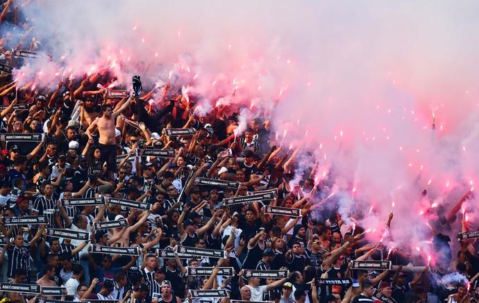 Torcida Corinthians sinalizadores - Corinthians x Palmeiras (Foto: Marcos Ribolli)
