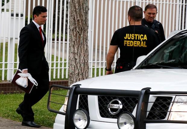 O juiz federal Sérgio Moro deixa sua casa sob escolta para presidir depoimento do ex-presidente Luiz Inácio Lula da Silva em Curitiba (Foto: Rodolfo Buhrer/Reuters)
