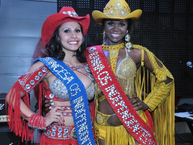 A princesa da Festa do Peão, Bárbara Barcellos, e a rainha do evento, Camila Rocha na noite de quinta-feira (8) (Foto: André Monteiro/Os Independentes)