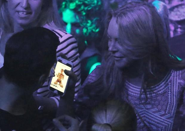 Atriz mostra nude em celular (Foto: Grosby Group)