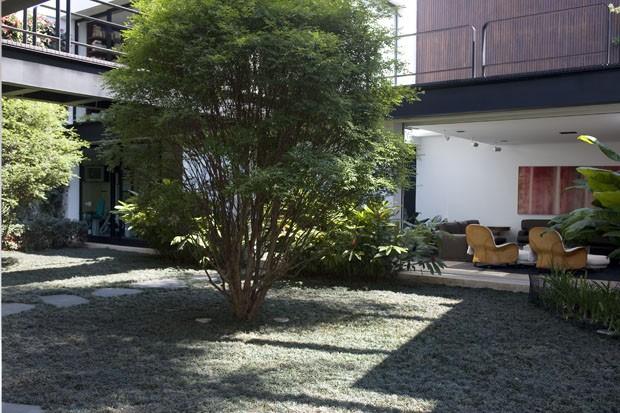 Uma casa minimalista integrada à natureza em plena metrópole (Foto: Salvador Cordaro/ Photopress.com)