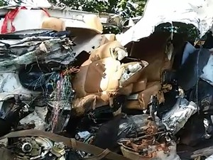 Carro ficou destruído após bater contra caminhão carregado com tijolos (Foto: Rogério Pinheiro/ RPC)