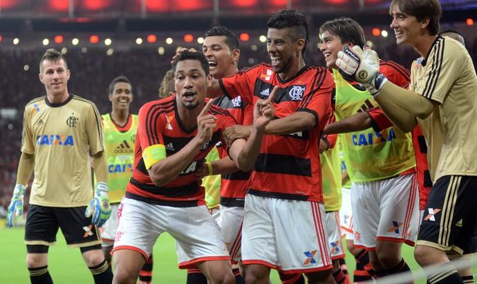 Hernane e Leo Moura comemoram, Flamengo x Atlético-PR (Foto: Andre Durão)