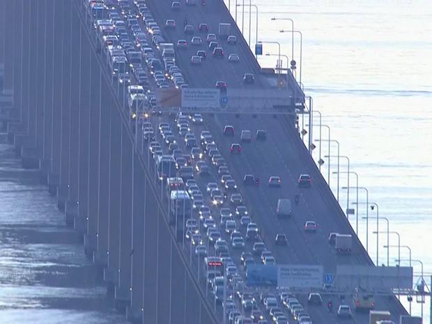 Engavetamento com 5 carros deixa trânsito lento na Ponte Rio-Niterói (Foto: Reprodução/TV Globo)