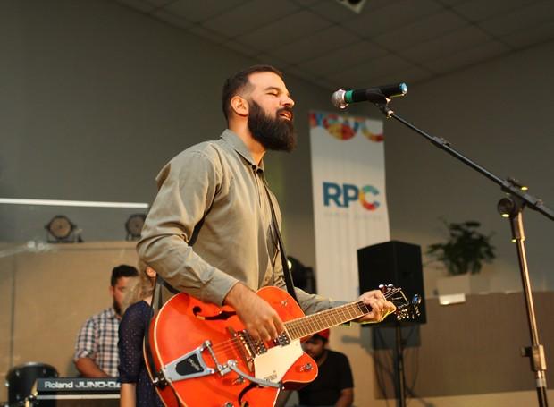 Carlos Nápoli, o vocalista da Indelével, ficou emocionado com a vitória da banda (Foto: Rafael Veraldo/ RPC)