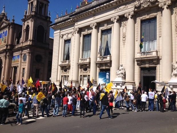 Servidores protestaram em frente ao Palácio Piratini (Foto: Marcos Pacheco/RBS TV)
