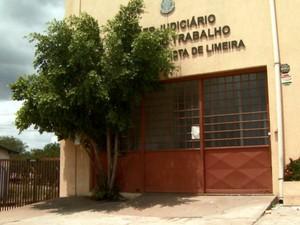 Sede da Justiça do Trabalho de Limeira foi alvo de criminosos que explodiram caixas eletrônicos (Foto: Reprodução/EPTV)