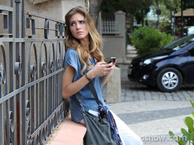 Sofia apreensiva durante troca de mensagens com Antônio (Foto: Malhação / TV Globo)