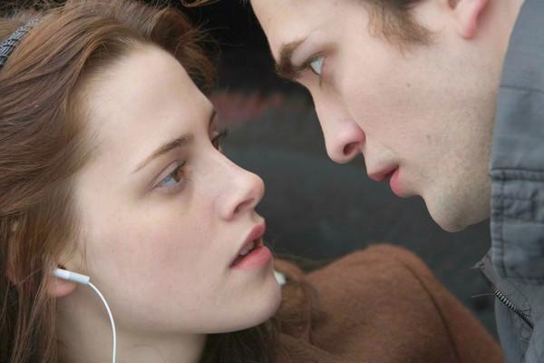 Ah... Como esquecê-los? Kristen Stewart e Robert Pattinson, o casal que amoleceu corações de milhões de fãs após levar a paixão da saga 'Crepúsculo', iniciada nos cinemas em 2008, para a vida real. Tudo terminou, porém, em 2013. Robert diz que a amizade c (Foto: Getty Images)