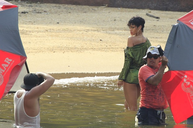 Rihanna faz ensaio em Angra dos Reis (Foto: Delson Silva / AgNews)