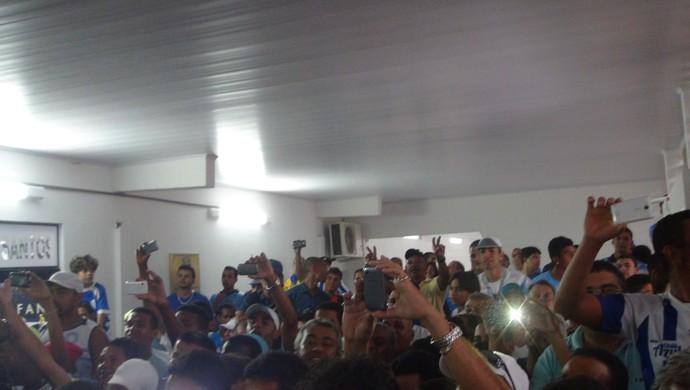 Torcida do CSA marcou presença na apresentação do novo elenco do clube (Foto: Paulo Victor Malta/GloboEsporte.com)