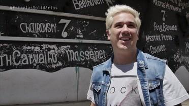 Rogério Flausino conhece projeto que transforma lixo em instrumentos musicais