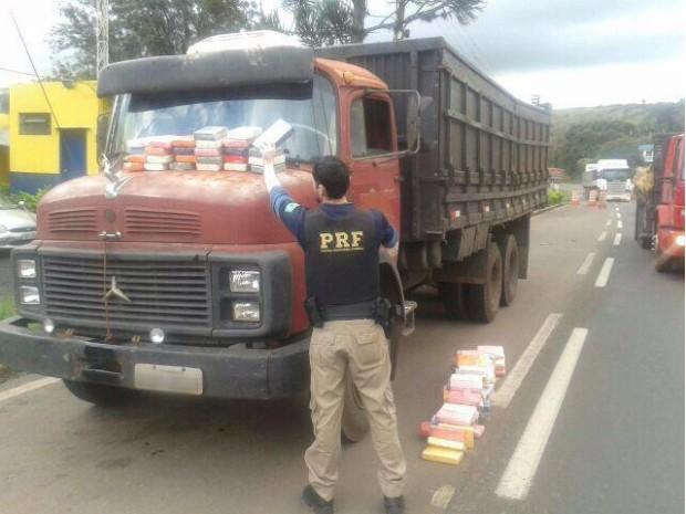 Droga estava escondida na carroceria e no tanque de combustível do caminhão (Foto: Divulgação/PRF)