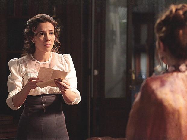 Laura lê a carta que Catarina enviou para Edgar e fica perplexa (Foto: Lado a Lado / TV Globo)
