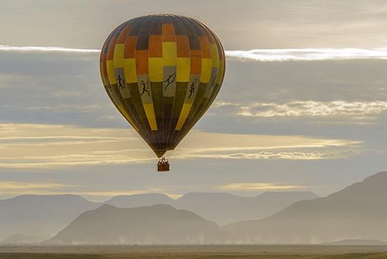 Um balão começa sua ascensão no Parque Nacional Namib-Naukluft (Foto: © Haroldo Castro/ÉPOCA)