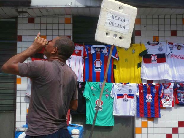 Vendedor chamou a cerveja piriguete de Kenga (Foto: Egi Santana/G1)