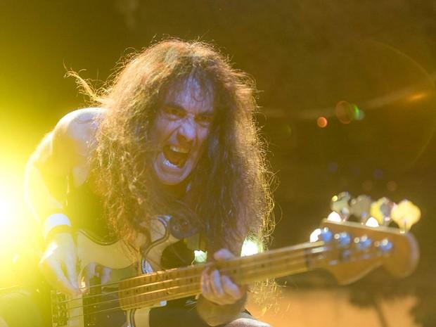 O baixista do Iron Maiden, Steve Harris, no palco do ginásio Nilson Nelson, em Brasília (Foto: Alexandre Bastos/G1)