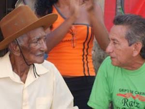 Mestre Verequete e Mestre Cizico no I Pau & Corda, realizado em 2009 (Foto: Divulgação/acervo SANCARI)