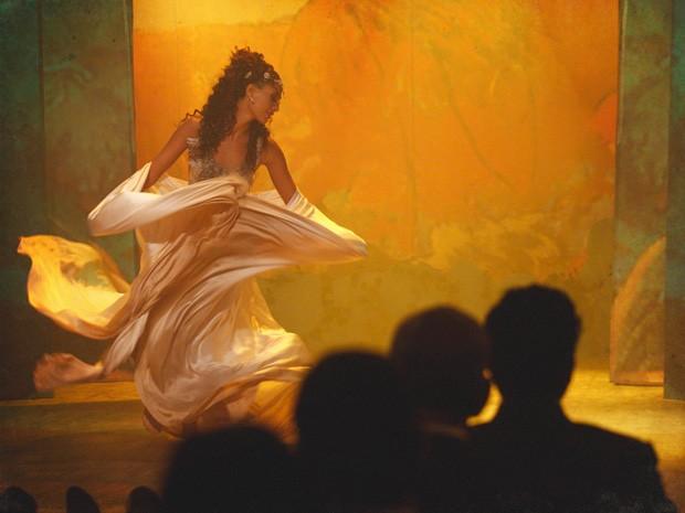 Isabel traz música e dança inovadoras para a época (Foto: Lado a Lado/TV Globo)