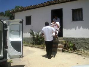 Suspeita foi levada para hospital e depois para delegacia (Foto: Michelly Oda / G1)