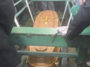 Divaldo Suruagy é enterrado no Cemitério Parque das Flores (Foto: Larissa Vasconcelos/G1)