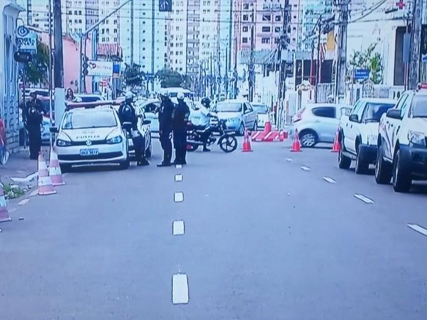 Rua em frente ao IML de Aracaju ficou interditada da chegada até a saída do corpo do ator (Foto: Reprodução/TV Sergipe)
