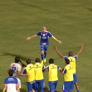 Renan comemora o primeiro gol do Rio Claro contra o Santos (Foto: Rodrigo Sargaço/EPTV)
