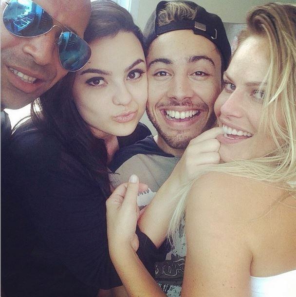 Emerson Sheik com Natalia Casassola e amigos (Foto: Instagram)