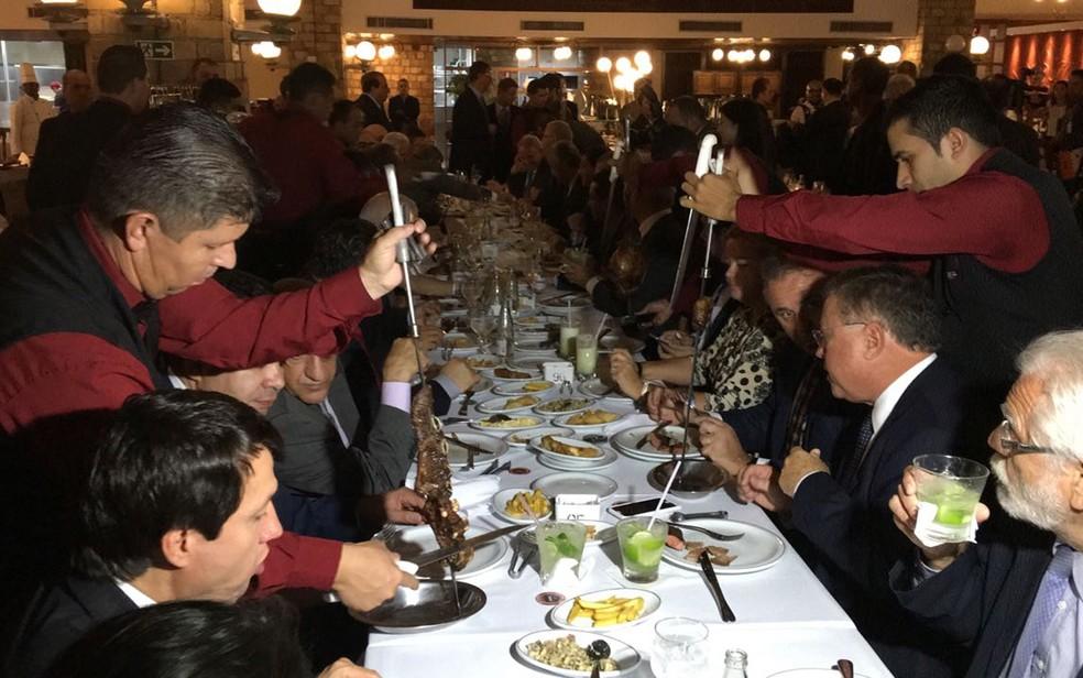 Garçons de churrascaria de Braasílai servem ministros e diplomatas que jantavam com Temer (Foto: Gustavo Garcia/G1)