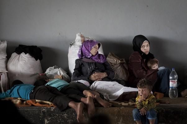 Refugiados aguardam para cruzar a fronteira da Síria, próxima à cidade de Aleppo (Foto: Khalil Hamra/AP)