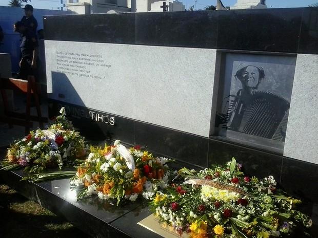 Hino nacional foi cantado enquanto os restos mortais do cantor eram levados para o mausoléu (Foto: Jael Soares/G1 Caruaru)