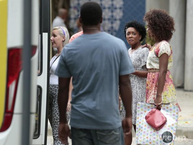 Neidinha vê homem que a estuprou e passa mal na frente da filha (Foto: Felipe Monteiro/TV Globo)