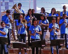 A Banda Vitalina Corrêa se apresenta no antigo galpão antes da reforma (Foto: Caldeirão do Huck/TV Globo)