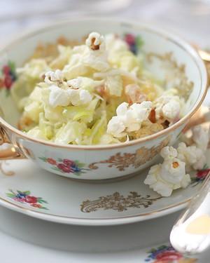 A chef Gislaine Oliveira inventou uma receita inusitada: pipoca na salada. Deve ficar uma delícia (Foto: Rogério Voltan/Editora Globo)