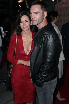 Courteney Cox com o noivo, Johnny McDaid , em première em Los Angeles, nos Estados Unidos (Foto: David Buchan/ Getty Images/ AFP)