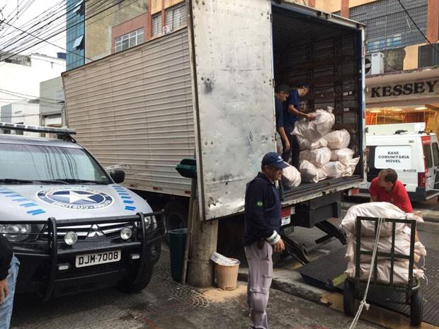Foram recolhidas mercadorias com suspeita de terem sido falsificadas ou de terem sido importadas de forma irregular (Foto: Isabela Leite/G1)