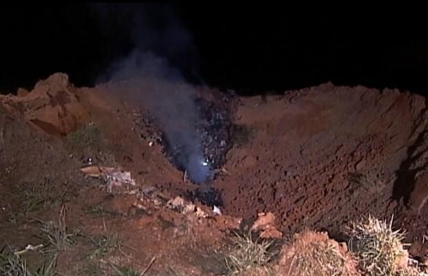 Avião com executivos do Bradesco cai e forma cratera em fazenda na divisa de Minas Gerais com Goiás (Foto: Reprodução/TV Globo)